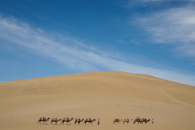 敦煌地界,恰好处于甘肃、新疆、青海三省交界,地貌多样,地形丰富,沙漠、戈壁、山地、湖泊、草原、绿洲……敦煌,就是这样一个集苍茫、野性、深沉、温婉、柔情于一身的西北城市。