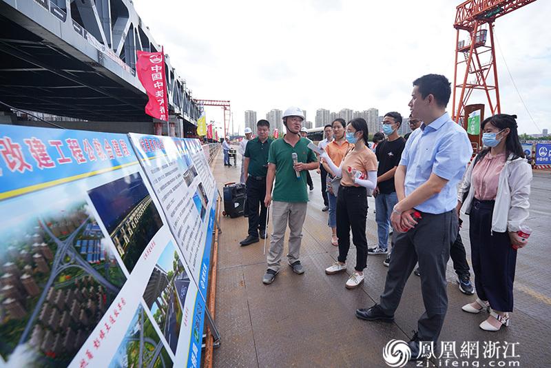 沪杭甬高速杭州市区段改建工程负责人正在讲解 尚天宇 摄