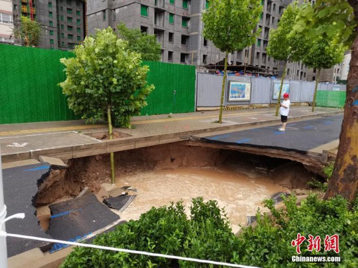 7月21日,河南,郑州暴雨第二日,经过一夜的抢险救援积水路段的积水明显下降,但街头仍有多处积水严重。图为洪水消退后的郑州街头。<a target='_blank' href='http://www.chinanews.com/'>中新社</a>记者 李贵刚 摄