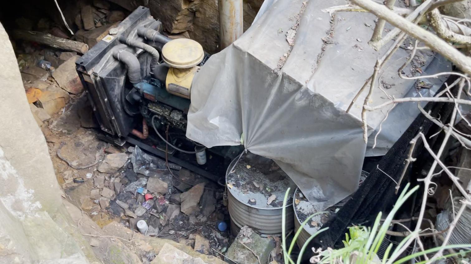 藏在山顶的发电机。村民介绍,这种发电机需要用车运上矿山。 新京报记者王瑞文 摄