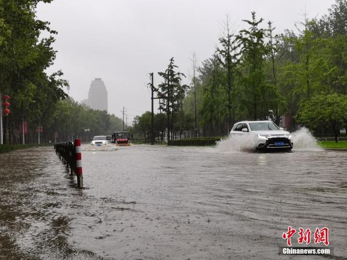7月20日,河南郑州,车辆从积水路段通过。近日,郑州连遭暴雨袭击,持续强降雨导致部分街头积水严重。 <a target='_blank' href='http://www.chinanews.com/'>中新社</a>记者 李贵刚 摄