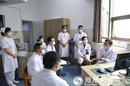 中国医学科学院肿瘤医院放疗科副主任易俊林在常德一医肿瘤科四病区与医护人员交流