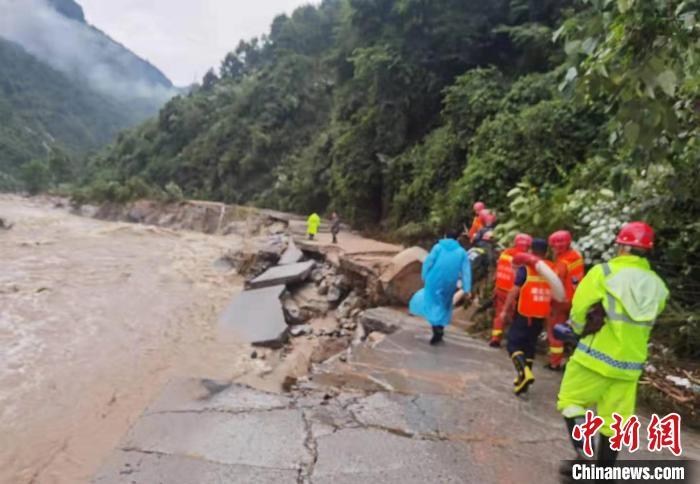湖北夷陵遭暴雨袭击多方力量紧急救援
