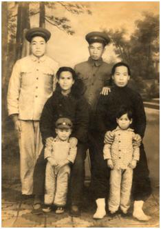 ▲1950年马松生全家与妻姐及通讯员的合影