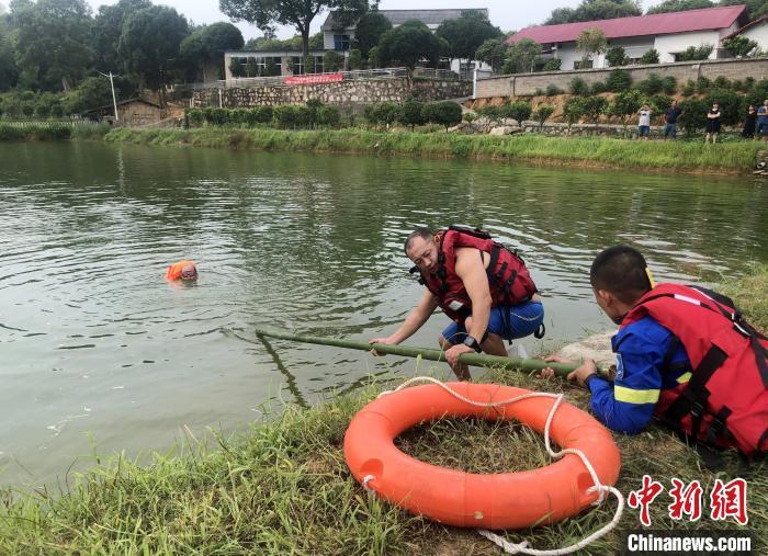 长沙县蓝天救援队的队员们还原失足落水和紧急救援的场景。