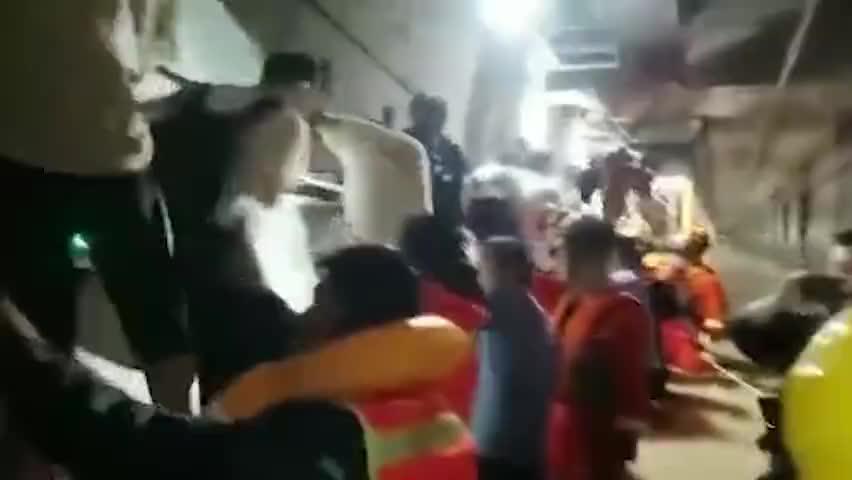 """绳索上的救援!地铁内消防员贴墙排""""人体护栏""""助乘客险渡绳桥"""