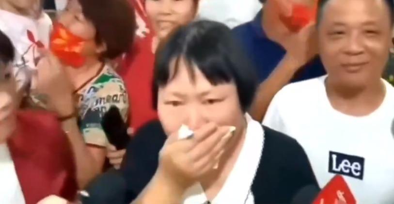 目睹女儿夺金 杨倩妈妈喜极而泣
