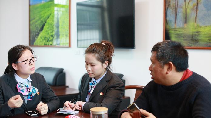 农行九江修水县支行客户经理为群众解答贷款咨询