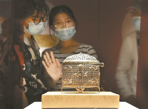 7月16日,观众在欣赏展品。