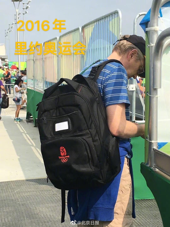 北京奥运会背包现身东京街头 竟是外国记者背着!