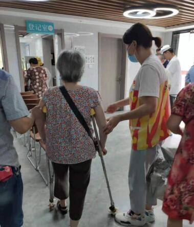 志愿者为居民提供服务