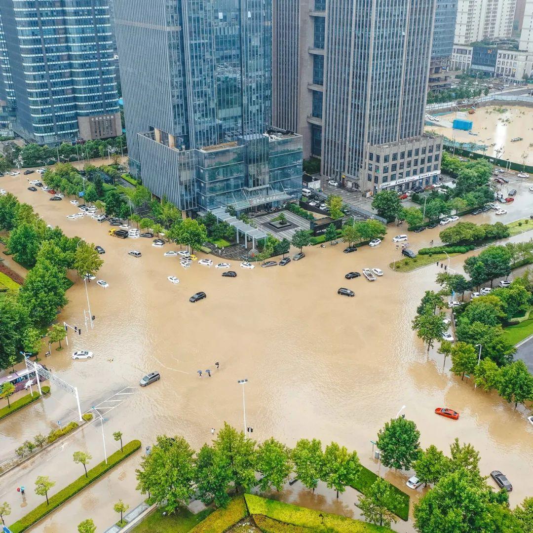 ▲ 7月21日,郑州东街道内涝。 摄影/焦潇翔