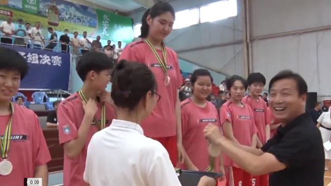 14岁女孩身高2.26米 在全国性篮球联赛中获MVP称号