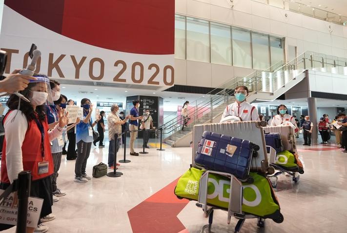中国女子曲棍球队成员抵达东京成田机场。新华社记者李一博摄