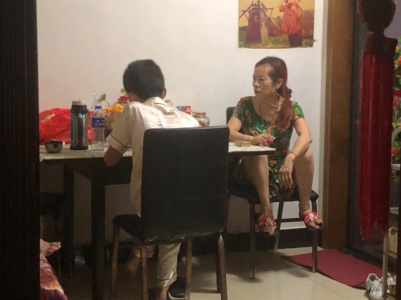 7月13日,昏睡一天的优优起床吃晚饭。新京报记者 冯雨昕 摄