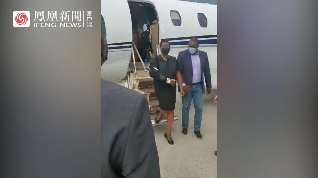 海地遇刺总统遗孀回国参加丈夫葬礼,身披防弹衣,大批保镖随行