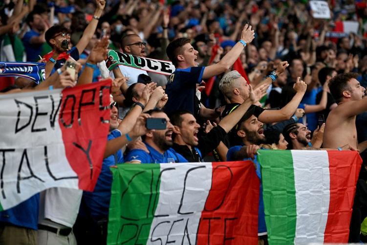 意大利球迷在现场为主队呐喊助威