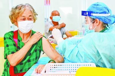 7月21日,武汉客厅新冠疫苗接种点,不少老人前来接种疫苗。
