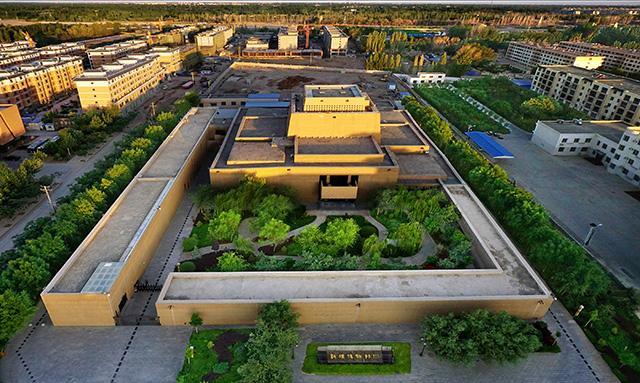 敦煌博物馆外观呈一幢由长城、烽燧组成的中国古代堡垒式建筑。