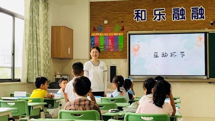 """体验皮影戏,做体质健康监测,跟着""""空姐空少""""学知识……暑期托管开启,杭城各学校亮点多多"""