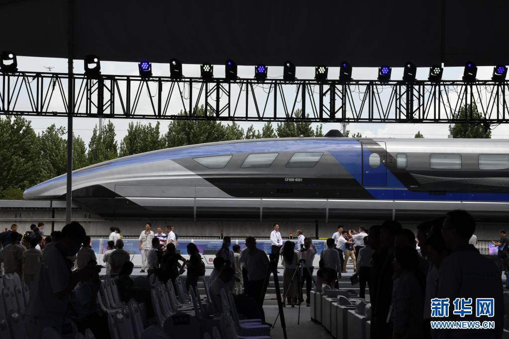 这是7月20日在山东青岛拍摄的时速600公里高速磁浮交通系统下线仪式现场。新华社记者 李紫恒 摄