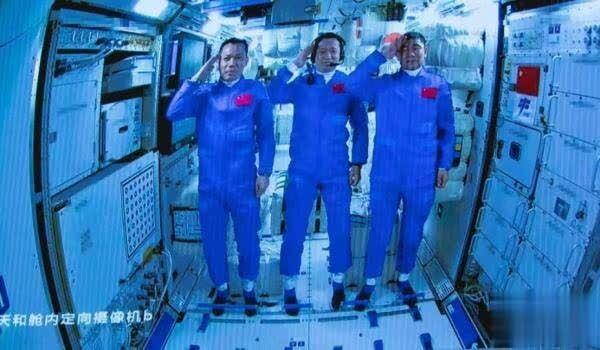 """中国航天员在轨""""满月"""" 太空穿着有哪些讲究"""