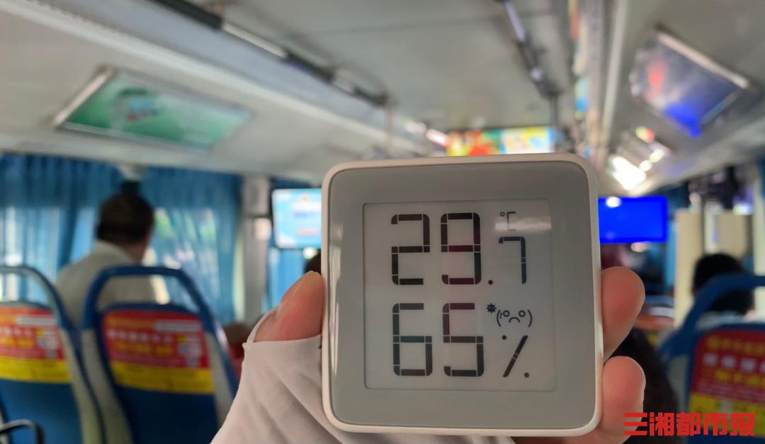 (7月20日长沙公交车内温度。记者 周可 实习生 马祎璠 陈诺 摄)