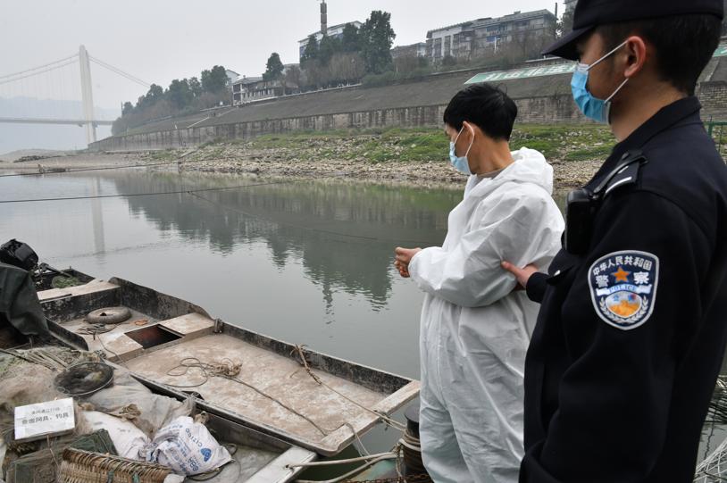 犯罪嫌疑人指认用于非法捕捞的渔船