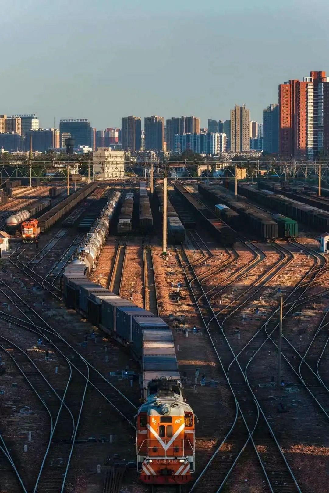 ▲ 郑州北站,交错的轨道勾勒出中国最大的铁路集装箱货运中心。摄影/焦潇翔