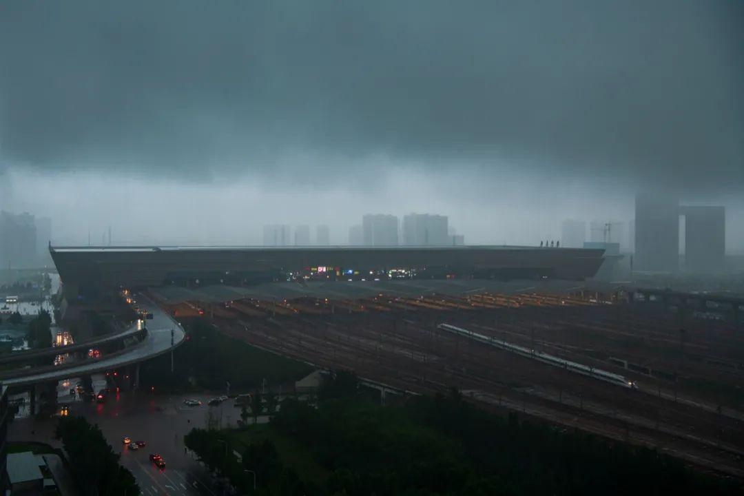 ▲ 上图 日常的郑州东高铁站。摄影/石耀臣;下图 7月20日,暴雨中的郑州高铁站。摄影/焦潇翔
