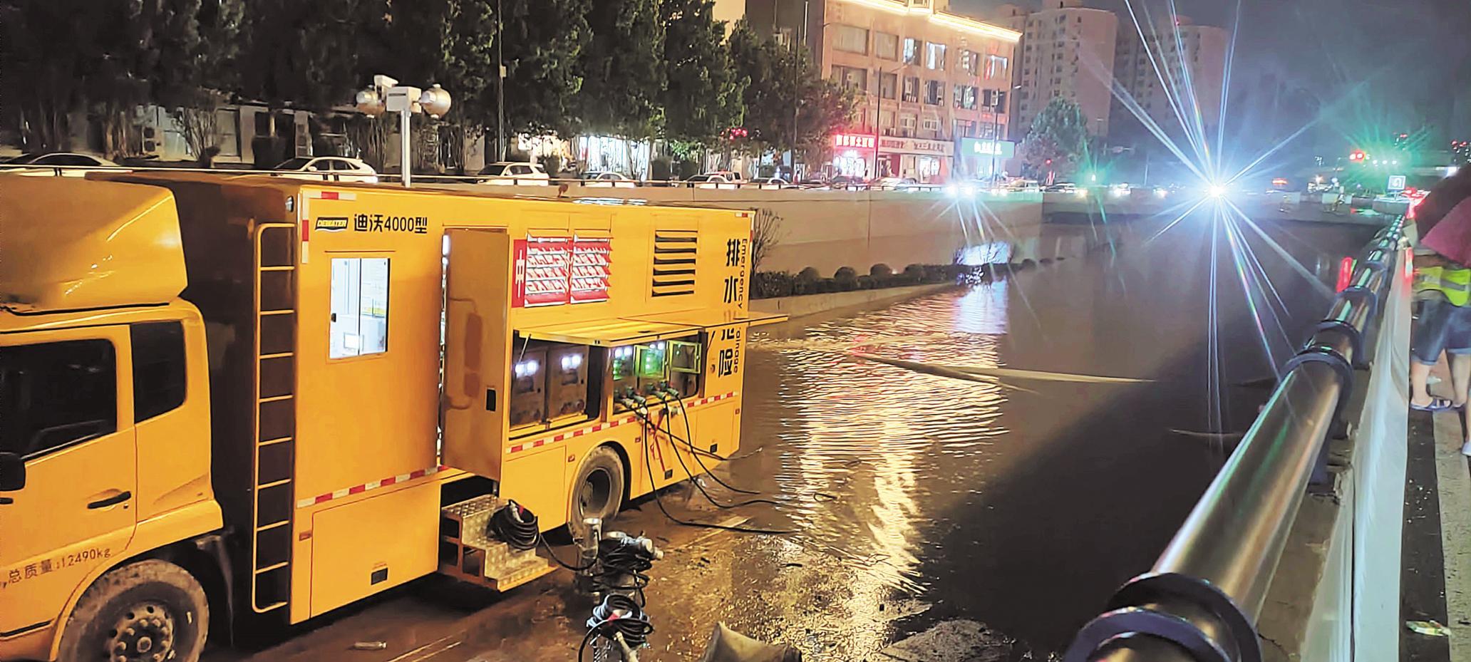 7月7日晚,中国安能武汉救援基地救援队正在郑州站抽排水。 (图片由湖北省应急管理厅提供)