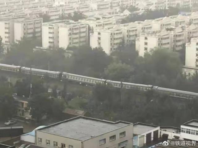 郑州暴雨致路基下沉,一开往广州的列车发生倾斜!