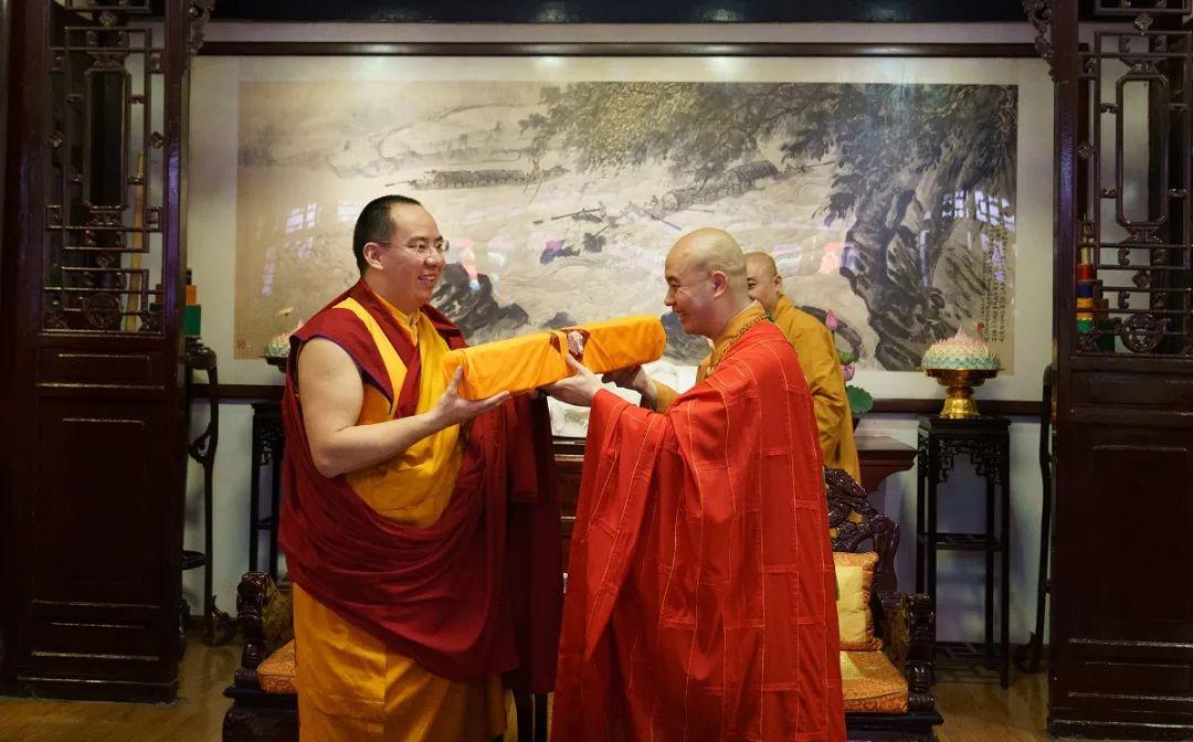 班禅大师向宗性大和尚赠送经卷