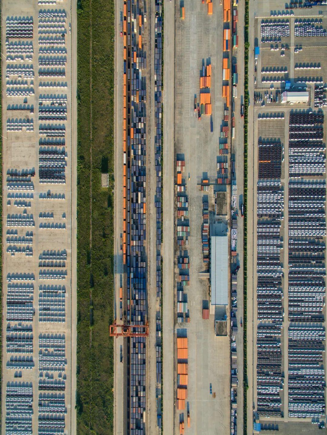 """▲ 繁忙的郑州国际陆港,郑州也是""""陆上丝绸之路""""的重要节点。摄影/焦潇翔"""
