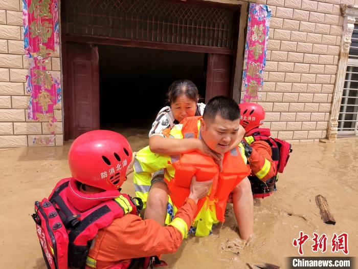 民警、消防队员合力救出被困群众 宋成烈 摄