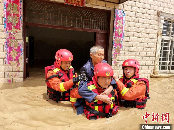 消防队员趟着齐腰深的洪水救出被困群众 宋成烈 摄