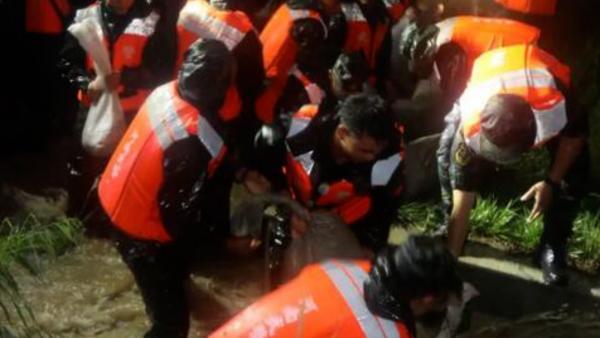 150余名武警官兵在新密筑堤 急需打地铺的垫子
