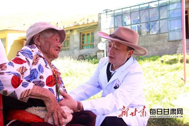 2017年,玛曲援藏队队长邱皓入户为贫困群众诊治。