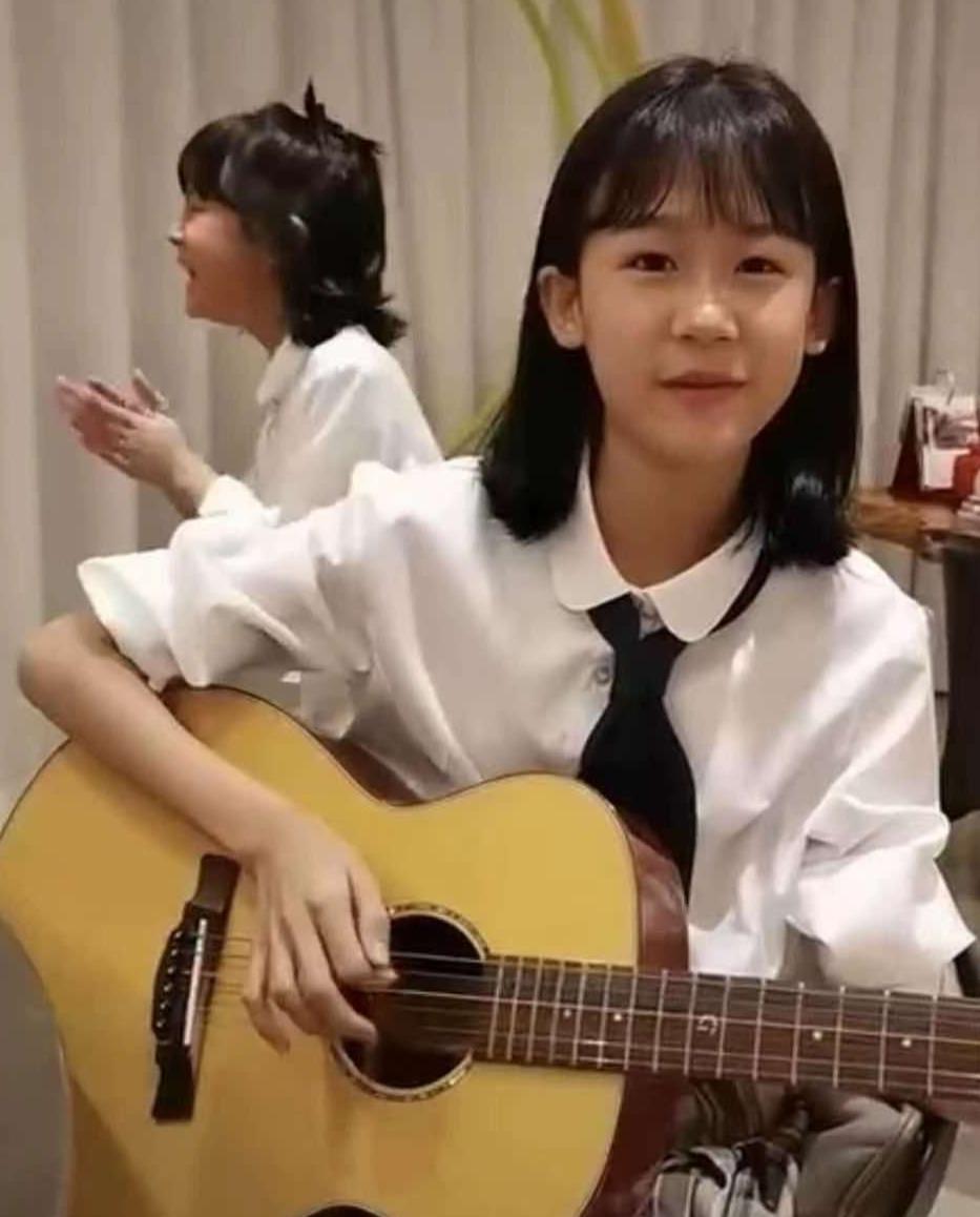 鲍蕾12岁大女儿弹唱显羞涩 小女儿在旁边拍手捣乱