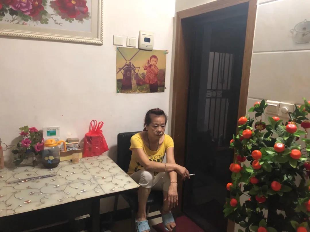 7月12日,赵月兰坐在家门口吸烟发愁。新京报记者 冯雨昕 摄