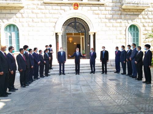 战乱中坚守阵地!王毅专程看望驻叙利亚使馆全体馆员