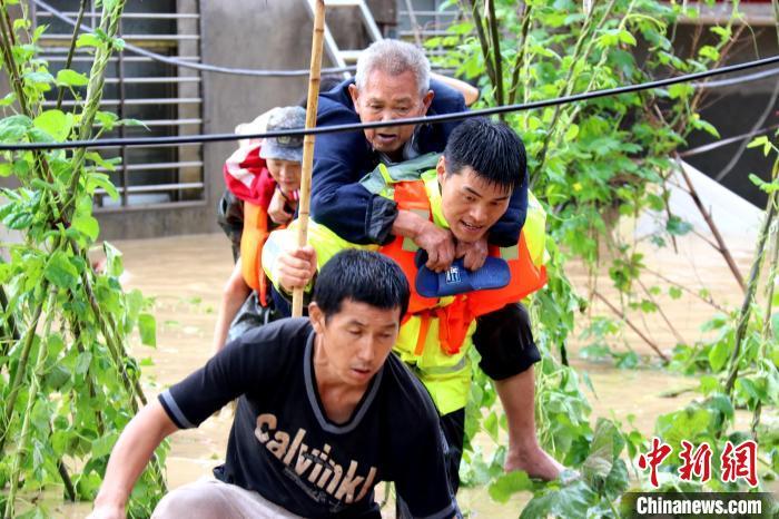 湖北南漳县遭遇强降雨百余群众安全转移