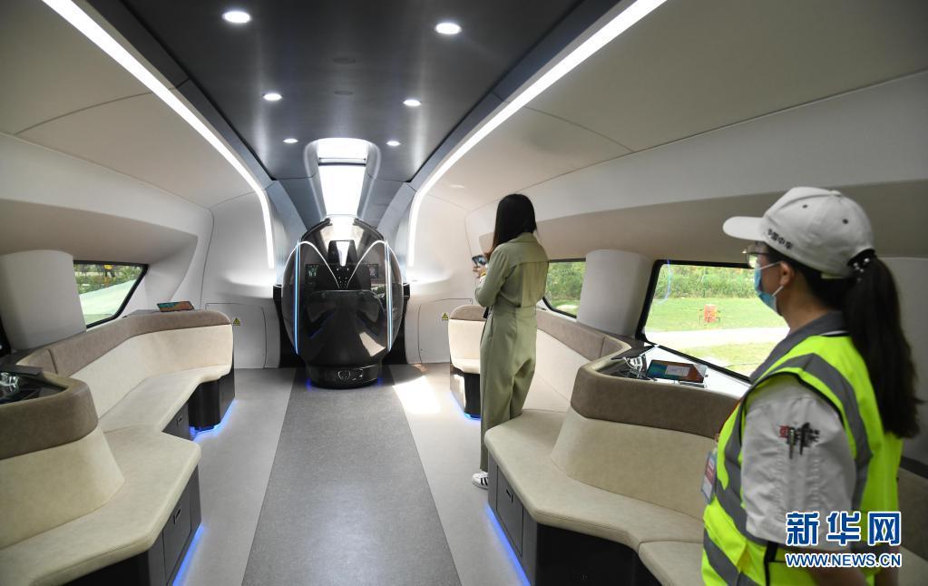 7月20日,参观者在时速600公里高速磁浮列车内体验。新华社记者 李紫恒 摄