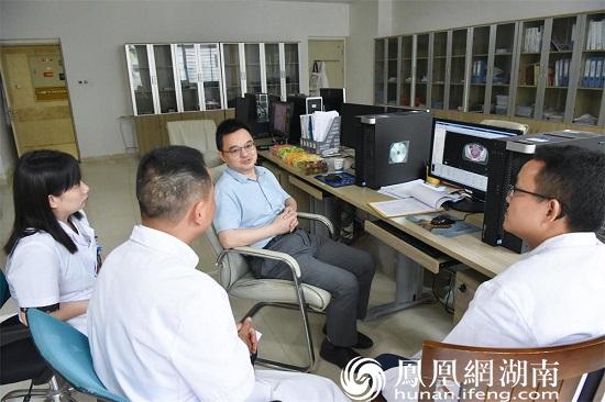 中国医学科学院肿瘤医院放疗科副主任戴建荣在常德一医肿瘤科放疗计划室查看放疗计划