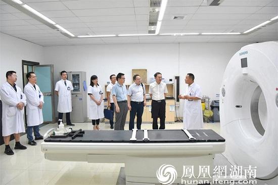 专家们参观常德一医肿瘤科放疗定位机房