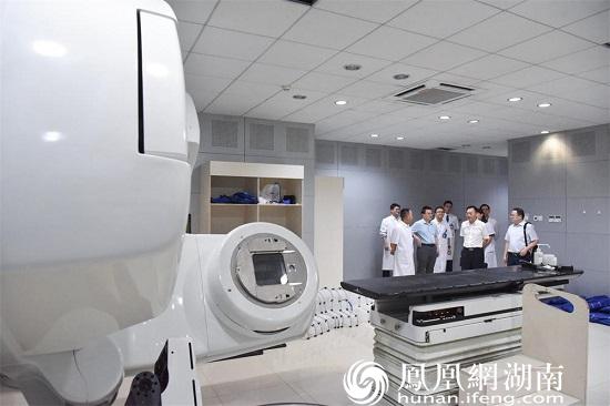 专家们参观常德一医肿瘤科放疗机房