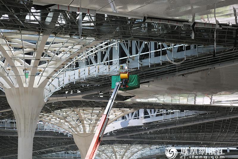 萧山机场三期建设工程施工现场工人正在电焊 尚天宇 摄