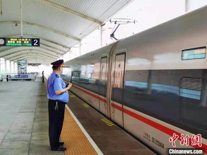 21日武铁加开的漯河西至武汉的G9365次从漯河西站开出 刘平勋 摄