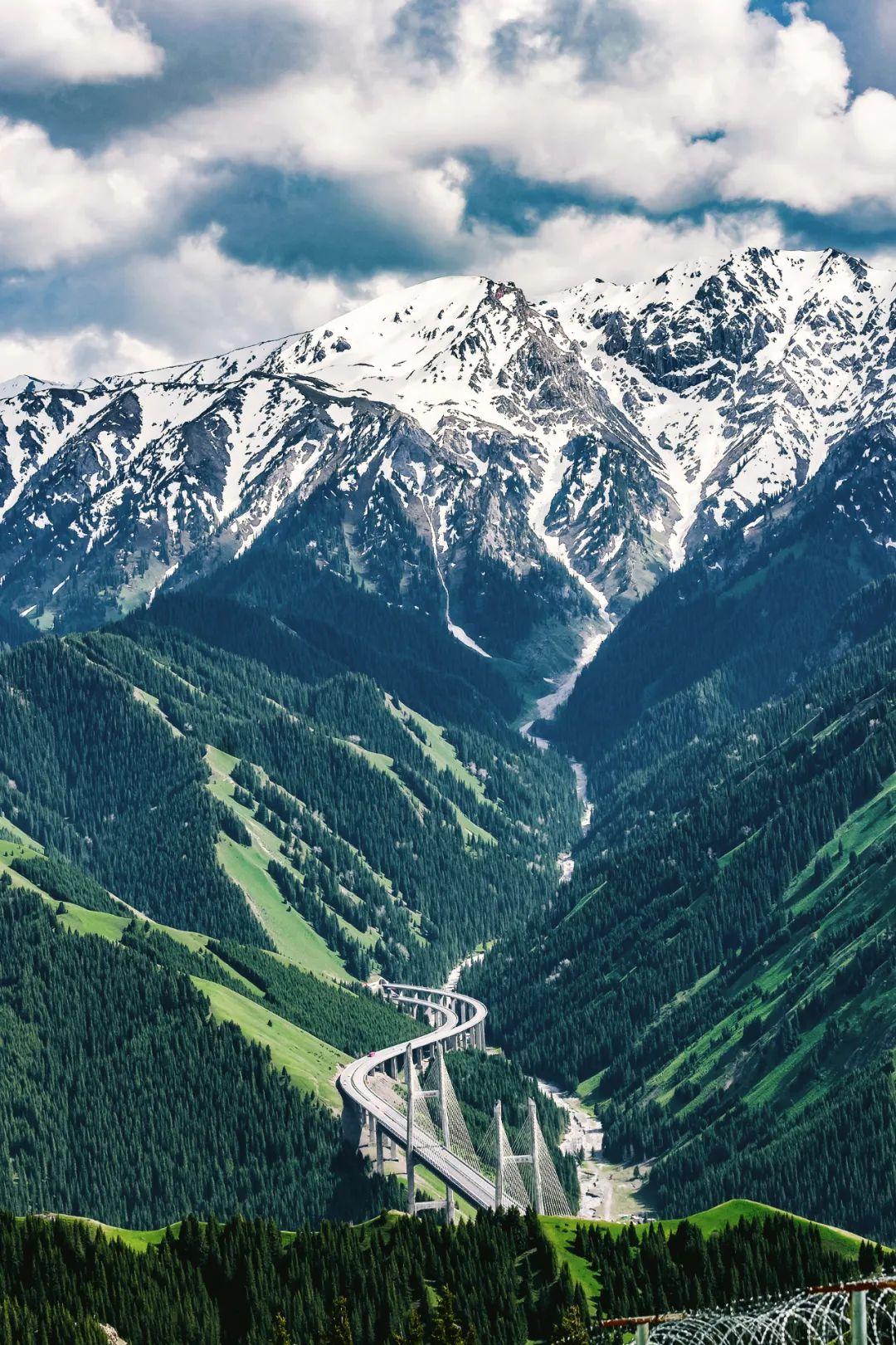 ▲ 北天山的另一支山脉——科古琴山,山脚下是果子沟大桥。摄影/石耀臣
