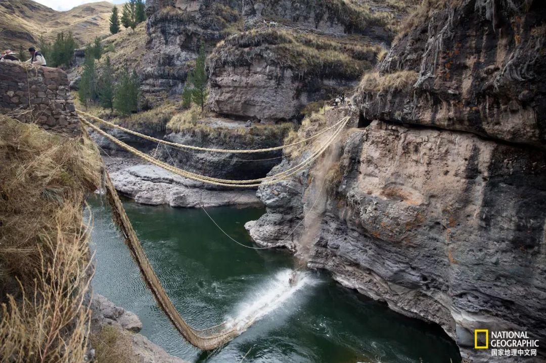 原先的桥被割断,落入水中,溅起一片水花。 摄影:JEFF HEIMSATH
